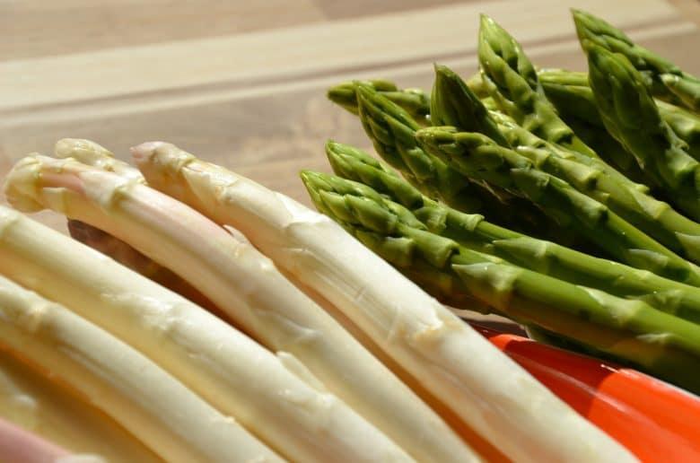 gron-och-vit-sparris-pa-bord-i-olika-korgar