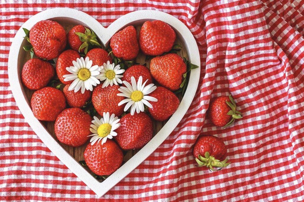 jordgubbar-som-ligger-i-en-hjartformad-skal