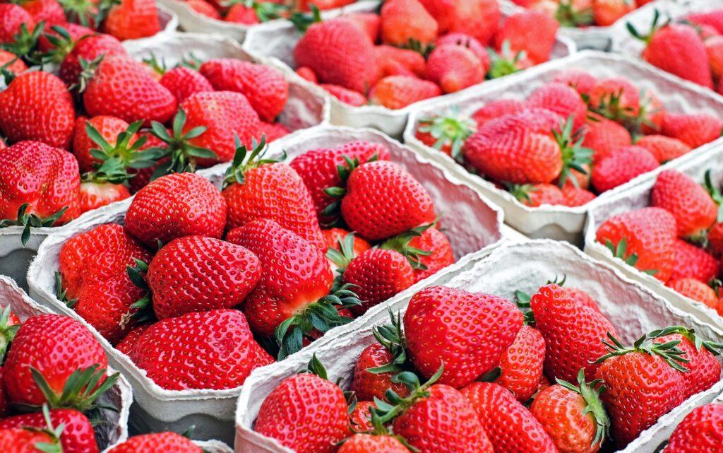 jordgubbar-i-sma-graa-kartongaskar