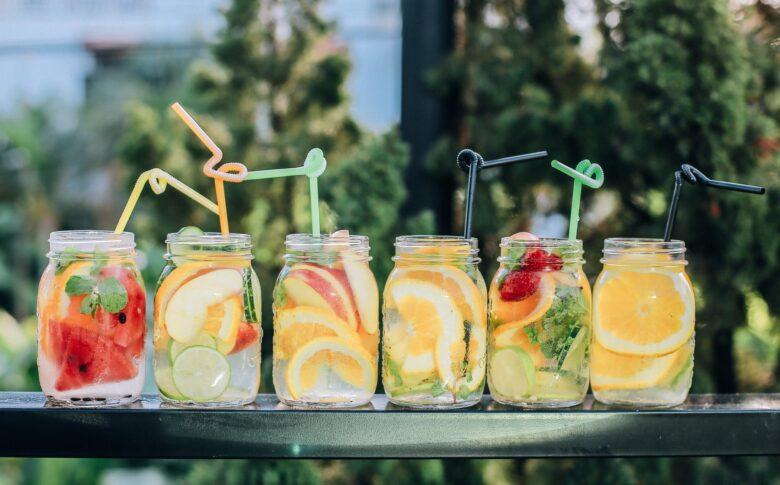 somriga-drinkar-star-uppradade-pa-ett-litet-bord